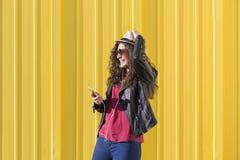 Ritratto di bella giovane donna che ascolta la musica sul suo Mo Fotografie Stock