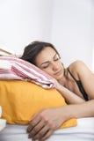 Ritratto di bella giovane donna che dorme nel letto bianco Immagini Stock Libere da Diritti