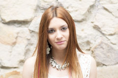 Ritratto di bella giovane donna che esamina macchina fotografica fotografia stock libera da diritti