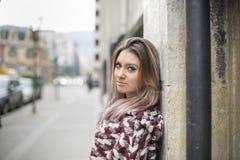 Ritratto di bella giovane donna che esamina macchina fotografica fotografie stock libere da diritti