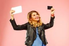 Ritratto di bella giovane donna che fa selfie entrambi su astuto Fotografia Stock