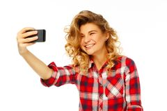 Ritratto di bella giovane donna che fa selfie sullo Smart Phone Fotografia Stock
