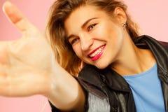 Ritratto di bella giovane donna che fa selfie sullo Smart Phone Fotografia Stock Libera da Diritti