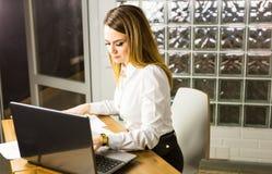 Ritratto di bella giovane donna che lavora con il computer portatile nel suo ufficio Fotografie Stock Libere da Diritti