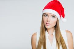 Ritratto di bella giovane donna che porta il cappello del Babbo Natale Fotografia Stock Libera da Diritti
