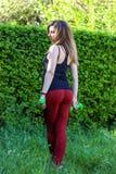 Ritratto di bella giovane donna che si esercita nel parco Immagini Stock Libere da Diritti