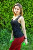 Ritratto di bella giovane donna che si esercita nel parco Fotografie Stock