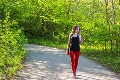 Ritratto di bella giovane donna che si esercita nel parco Fotografia Stock