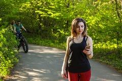 Ritratto di bella giovane donna che si esercita nel parco Immagine Stock