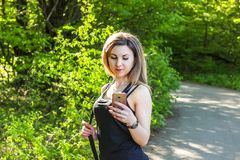 Ritratto di bella giovane donna che si esercita nel parco Immagini Stock