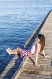 Ritratto di bella giovane donna che si siede su un pilastro di legno fotografia stock libera da diritti