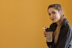 Ritratto di bella giovane donna con acqua di bottiglia di sport Immagini Stock