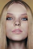 Ritratto di bella giovane donna con capelli biondi Fotografie Stock Libere da Diritti