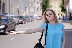 Ritratto di bella giovane donna con capelli biondi ed i cigli lunghi, estate all'aperto Fotografia Stock