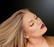 Ritratto di bella giovane donna con capelli biondi lungamente colorati fotografia stock