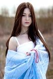 Ritratto di bella giovane donna con capelli lunghi in tessuto blu Fotografia Stock Libera da Diritti