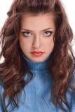 Ritratto di bella giovane donna con capelli marroni lunghi Immagini Stock Libere da Diritti
