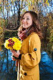 Ritratto di bella giovane donna con i fiori immagine stock