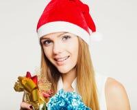 Ritratto di bella giovane donna con i presente Immagine Stock
