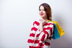 Ritratto di bella giovane donna con i sacchetti della spesa sul wond Fotografia Stock Libera da Diritti