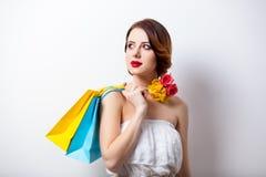 Ritratto di bella giovane donna con i sacchetti della spesa variopinti sopra Immagine Stock Libera da Diritti