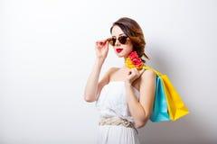 Ritratto di bella giovane donna con i sacchetti della spesa variopinti sopra Immagini Stock Libere da Diritti
