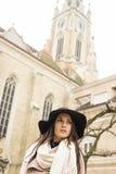 Ritratto di bella giovane donna con il cappello immagini stock libere da diritti