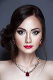 Ritratto di bella giovane donna con il fronte pulito Immagine Stock