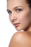 Ritratto di bella giovane donna con il fronte pulito Alto tasto Immagini Stock