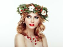 Ritratto di bella giovane donna con la corona di Natale Immagine Stock Libera da Diritti