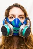 Ritratto di bella giovane donna con la maschera antigas Fotografia Stock