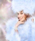 Ritratto di bella giovane donna con le piume su un estratto Immagine Stock Libera da Diritti