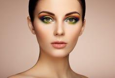 Ritratto di bella giovane donna con trucco dell'arcobaleno Fotografia Stock