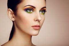 Ritratto di bella giovane donna con trucco dell'arcobaleno Immagine Stock Libera da Diritti
