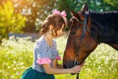 Ritratto di bella giovane donna con un cavallo immagine stock