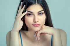 Ritratto di bella giovane donna Foto su un fondo blu immagini stock