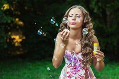 Ritratto di bella giovane donna naturale con le bolle Immagine Stock