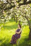 Ritratto di bella giovane donna nel giardino di primavera Immagine Stock Libera da Diritti