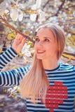 Ritratto di bella giovane donna nel parco di fioritura della magnolia un giorno soleggiato Ragazza sorridente con i fiori della m Immagini Stock Libere da Diritti