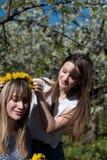 Ritratto di bella giovane donna nel parco di fioritura di melo un giorno soleggiato Ragazza felice sorridente della ragazza Conce Immagine Stock Libera da Diritti