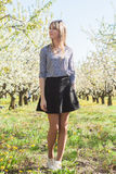 Ritratto di bella giovane donna nel parco di fioritura di melo un giorno soleggiato Ragazza felice sorridente della ragazza Conce Fotografie Stock Libere da Diritti