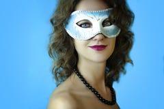 Ritratto di bella giovane donna nella maschera blu misteriosa di carnevale Foto di bellezza e di modo Immagine Stock Libera da Diritti