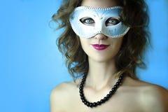 Ritratto di bella giovane donna nella maschera blu misteriosa di carnevale Foto di bellezza e di modo Fotografie Stock