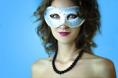 Ritratto di bella giovane donna nella maschera blu misteriosa di carnevale Foto di bellezza e di modo Fotografia Stock