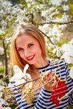 Ritratto di bella giovane donna in parco di fioritura un giorno soleggiato Ragazza sorridente con i fiori della magnolia Fotografie Stock Libere da Diritti