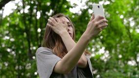 Ritratto di bella giovane donna, selfie nella via uno smartphone archivi video