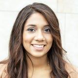 Ritratto di bella giovane donna sorridente. Fotografie Stock