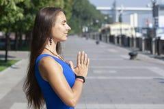 Ritratto di bella giovane donna sorridente che gode dell'yoga, rilassandosi, ritenendo aria fresca viva e respirante immagini stock