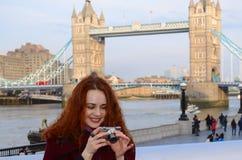 Ritratto di bella giovane donna sorridente a Londra Foto di presa turistica della donna di Londra sul ponte della torre con la ma Fotografie Stock