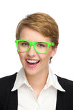 Ritratto di bella giovane donna sorridente in vetri verdi. Immagine Stock